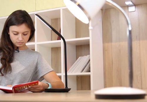 Офтальмолог рассказала, как выбрать настольную лампу для школьника